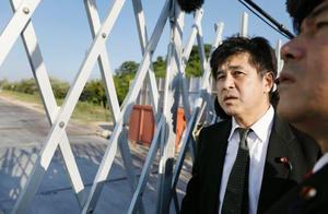 「加計学園」の獣医学部建設予定地を視察に訪れた民進党の今井雅人衆院議員(左)=19日午後、愛媛県今治市