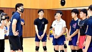 後輩激励へ一緒にバレーボールの練習をする清水選手(左)=7月8日、福井県福井市の福井工大福井高