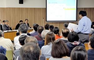小中学校再編計画案についてさまざまな意見や質問が出された住民説明会=23日、福井県大野市の結とぴあ