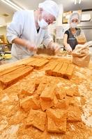 手作業で次々作られるわらび餅=福井県福井市御幸3丁目の甘露司飛嶋