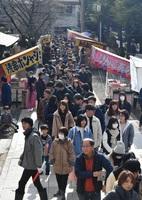 参道を埋め尽くす参拝客の列=1日、福井市宝永4丁目の神明神社