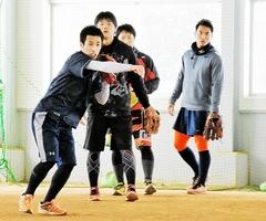 守備練習で軽快な動きをみせる木内陸(左)ら=15日、福井県越前市の丹南総合公園全天候型球技場