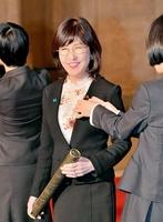 議員バッジをつけてもらい笑顔を見せる稲田朋美議員=1日、衆院