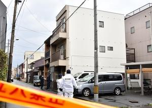 規制線が張られた広瀬嘉一容疑者と殺害された広瀬一さんの自宅=1月20日、福井県福井市