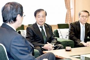西川一誠福井県知事(左)と意見を交わす日本原電の村松衛社長(中央)=5日、福井県庁