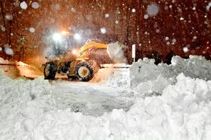 記録的な積雪に見舞われ、フル稼働する除雪車=2018年2月6日、福井県福井市松城町
