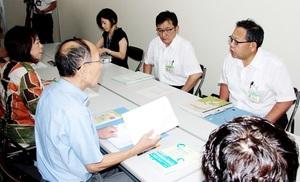 動物愛護県連盟の藤永隆一代表(左から2人目)らに回答する福井県の担当者=8月7日、福井県庁