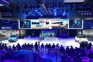 上海国際モーターショーで公開された、トヨタ自動車の「C―HR」と「IZOA」をベースにした新型EV車=16日(共同)
