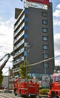 5階の住宅の1室から出火した細川たかしさん所有のビル=7日午後、札幌市北区
