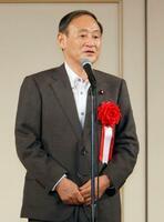 自民党細田派の政治資金パーティーに出席し、あいさつする菅首相=28日午後、東京都内のホテル