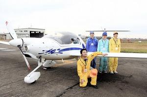 北陸で唯一、大学の部活としてグライダーに乗っている福井大航空部の部員=福井県坂井市の福井空港