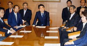 自民党臨時役員会に臨む安倍首相(中央)=25日午後、東京・永田町の党本部