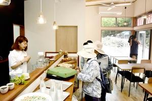 地場産野菜などを使った軽食などが味わえるカフェ=4月22日、福井県美浜町新庄