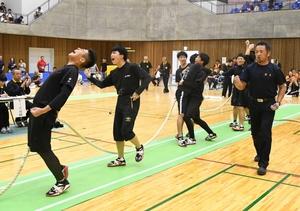 少年男子で優勝し喜ぶ福井県Aチーム=9月23日、福井県勝山市体育館ジオアリーナ