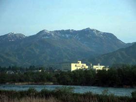 武将の兜に似ている山容。山頂から加越国境の山々を眺望