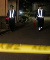 現場近くを警戒する警察官=8日夜、金沢市