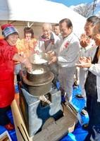 完成した「三岡へっつい」で炊かれたご飯に歓声を上げる人たち=7日、福井市の県生活学習館