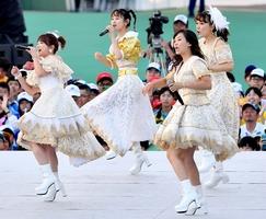 ファイナルコンサートで会場を沸かせた「モーニング娘。」のOG=10月15日、福井県福井市の9.98スタジアム
