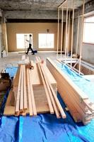これからビルの3階には、DIYによる空間づくりに向けて部材が運び込まれている=2日、福井市中央1丁目