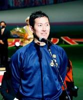 表彰式で優勝の喜びを語る脇本雄太=10月18日、群馬県前橋市の前橋競輪場(JKA提供)