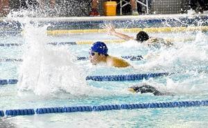 福井県高校新人大会で激しい水しぶきを上げて競い合う選手たち=福井市のコパンスポーツクラブベル