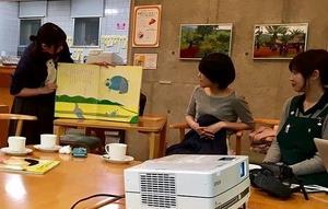 絵本を朗読する参加者の大学生
