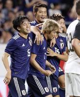 日本―コスタリカ 試合終了間際、ゴールを決め、遠藤(左)らに祝福される伊東(中央手前)=パナスタ