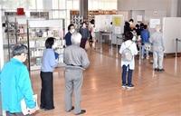待ちわびた営業再開 新型コロナ 間隔空け 図書館に列 サウナ、物産館、塾… 民間も続々