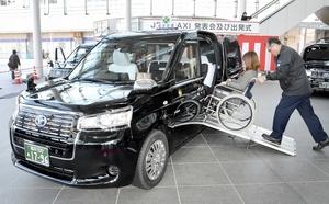 車いすに乗ったままで乗降できるUDタクシー=7日、福井市のハピリン