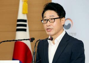 記者会見する韓国産業通商資源省の李浩鉉・貿易政策官=19日、ソウル(聯合=共同)
