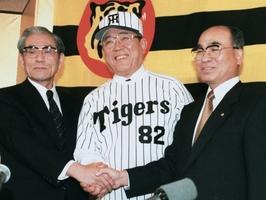 1998年10月、阪神の監督就任会見で握手する野村克也さん。左は久万俊二郎オーナー、右は高田順弘球団社長=大阪市内のホテル
