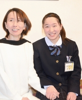大賞受賞を喜ぶ玉村綾音さん(右)と母のかおりさん=福井県坂井市の自宅