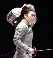 フェンシング全日本選手権サーブル女子決勝で敗れ、マスクを外す青木千佳=11月2日、東京・渋谷のLINE CUBE SHIBUYA