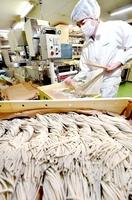 最盛期を迎え、次々と製麺される贈答用のそば=7日、福井市の日福製麺