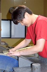 兄弟で伝統工芸士に 越前打刃物の黒崎さん、産地初 海外でも人気 若者憧れる職業へ精進 (崎は「立」の「崎」)