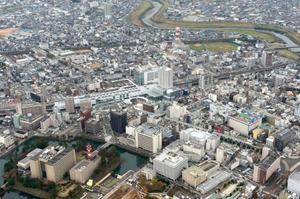 JR福井駅を中心に開発が進む福井県福井市の中心市街地=2015年