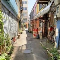 インスタに掲載した新栄商店街(福井県福井市)の裏路地の風景。無造作に置いてあるビール瓶ケースが「エモい」と2人は話す