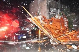 台風21号の強風で吹き飛ばされ、駐車中の車などを押しつぶした屋根=23日午前2時10分ごろ、福井県福井市