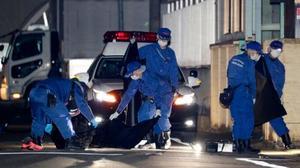 男性2人が倒れていた現場付近を調べる捜査員ら=25日午前0時14分、名古屋市北区