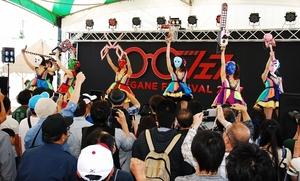歌とパフォーマンスを披露する仮面女子のメンバー=11日、福井県鯖江市の鯖江市文化センター前特設ステージ