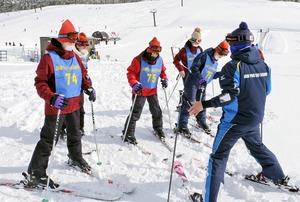 クラスごとに内容を決めた研修旅行で、マスクを着けてスキーを楽しむ武生商業高校の2年生=2月、福井県勝山市のスキージャム勝山(同校提供)
