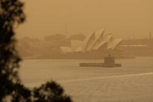 森林火災による煙霧でかすむオペラハウス=12日、オーストラリア・シドニー(ロイター=共同)
