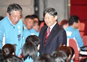 選手に声を掛けられる皇太子さま=10月12日、福井県福井市のフェニックス・プラザ
