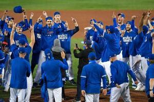 ヤンキースに勝ち、4年ぶりのプレーオフ進出が決まり、喜ぶブルージェイズの選手たち=バッファロー(AP=共同)