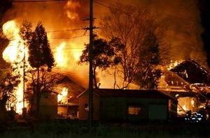 炎を上げて燃える住宅=3月30日午後10時5分ごろ、福井県鯖江市神明町5丁目