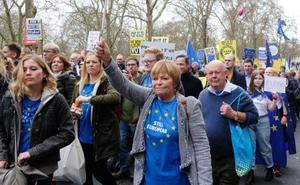23日、ロンドン市内で、EU離脱を巡る2度目の国民投票を求めてデモをする市民(共同)