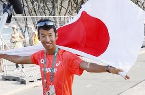 男子50キロ競歩で失格が取り消され銅メダル獲得が決まり、日の丸をまとう荒井広宙=リオデジャネイロ(共同)