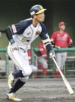福井―信濃 2回福井1死満塁、須藤優太が適時打を放ち4―0とする=福井フェニックススタジアム