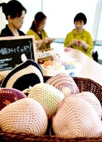 今月 乳がん啓発月間 手編みパッド 心もケア 県内有志グループ 病院で講座 患者ら 交流の場に