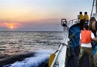 沖合巡り 沈む夕日 船で 越前町観光連 来月末までクルーズ